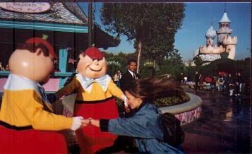 El mundo de la burbuja de Disney: el mundo de colores de Disneylandia y Disney Channel y el exterior macabro.